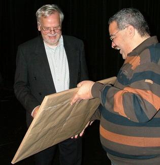 overhandiging van de prijs door IBS vz Peter Sanches